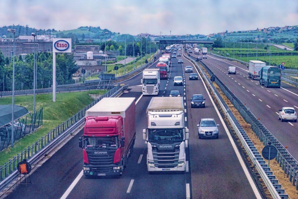 transport drogowy - ta sama prędkość dla ciężarówek i samochodów osobowych